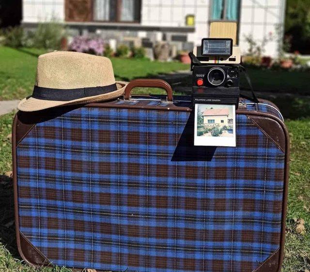 sesir, stari kofer i polaroid